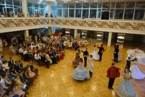 Выпускники шестого лицея в Тамбове отметили окончание обучения стилизованным балом