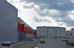 В Тамбове большая парковка у гипермаркета стала местом встреч автогонщиков