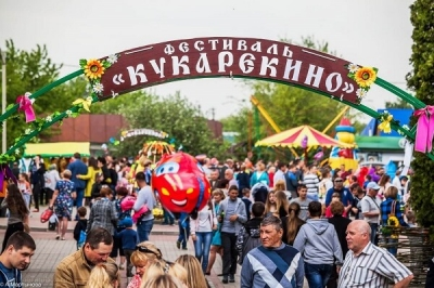 """На фестивале """"Кукарекино"""" тамбовчане кидались сырыми яйцами и ели огромную яичницу"""